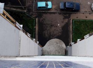 Следствие выясняет причины гибели мужчины, выпавшего с 17 этажа в Таганроге