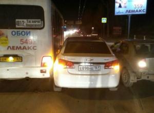 Большой дорожный затор устроили попавшие в ДТП три автомобиля в Таганроге