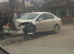 Две иномарки не поделили дорогу в Таганроге