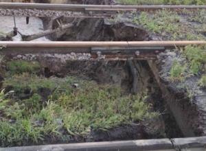 Водоканал  круглосуточно работает  по устранению аварии на коллекторе на месте нового обвала в Таганроге