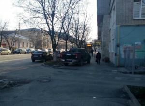Наглая парковка на тротуаре вызвала гнев  таганрожцев