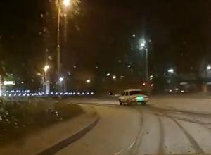 Отчаянный «автопозер» на «Жигулях» открыл сезон зимнего дрифта в Таганроге на видео