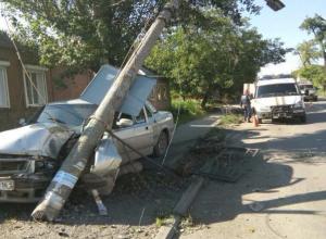 Потерявший за рулем сознание водитель протаранил на легковушке бетонный столб
