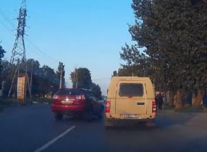 Красный «Лексус» едва не сбил троих пешеходов на «зебре» в Таганроге