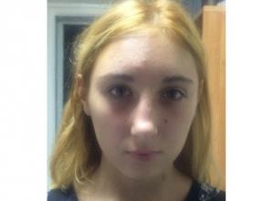 Пропавшую блондинку в белой куртке ищет полиция и родственники в Таганроге