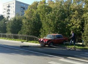 BMW на скорости влетела в ограждение в Таганроге