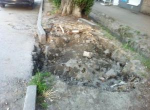Огромная яма зияет на газоне в центре Таганрога