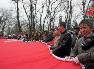 В Таганрог привезли гигантское знамя Победы