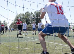 Василий Голубев  забил гол в футбольном матче между чиновниками  правительства с депутатами  Заксобрания