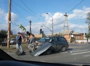 В «женском» ДТП в Таганроге пострадал дорожный знак