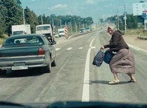 Прыгающая под колеса бабка-экстремал стала грозой водителей в Ростовской области