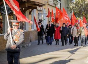 В Таганроге параду в честь Октябрьской революции досталось место на тротуаре