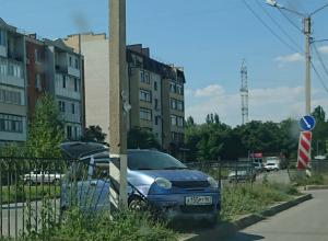 Автоледи не справилась с управлением и заехала на бордюр в Таганроге