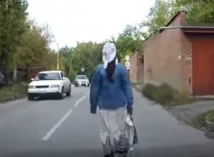 Неспешная прогулка молодой горожанки по центру проезжей части довела до белого каления автовладельцев в Таганроге