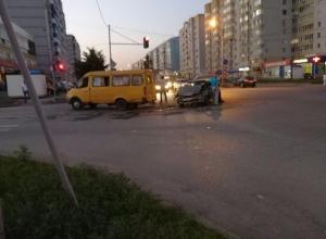 Столкновение маршрутного такси и легковушки в Таганроге произошло на глазах толпы пешеходов