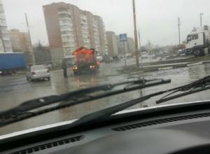 Обычное для Таганрога дело - ремонт дорог под дождем на улице Чехова