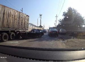 В Таганроге легковушка въехала под фуру