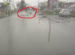 Опасное «аквапланирование» иномарки по мокрой от дождя дороге попало на видео в Таганроге