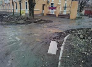 Автомобилисты Таганрога разбивают свои машины, попадая в глубокие ямы на дорогах