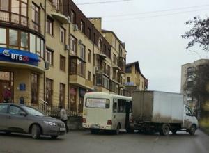 Интимно прижавшиеся друг к другу грузовик с маршруткой полностью перекрыли проезд по дороге Таганрога