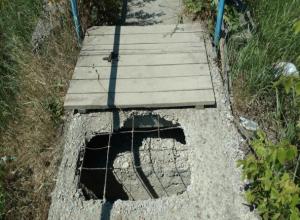 По дырявому мостику вынуждены ходить домой местные жители под Таганрогом