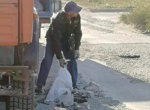 Некий «охранник» завалил ямы строительным мусором на одной из улиц Таганрога