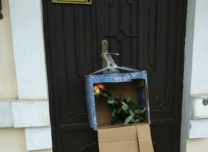 Коробка с цветами стала причиной перекрытия движения на Александровской в Таганроге