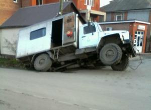 Уставший от «бесконечных раскопок» асфальт отомстил работникам «Водоканала» в Таганроге