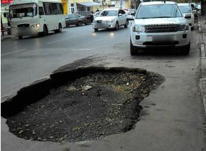 Свежеуложенный асфальт провалился на центральной улице в Таганроге