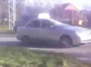 В Таганроге упавшее дерево раздавило автомобиль