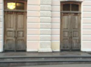 Театр в Таганроге начинается с обшарпанной двери, депутат Анищенко ткнул носом сити-менеджера в  эту проблему