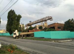 Поезд протаранил стену и грузовик в Таганроге