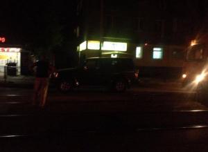 Крутой автолюбитель на джипе перекрыл движение трамваям в Таганроге