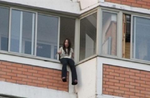 В Таганроге пьяная женщина пыталась выброситься с балкона девятого этажа