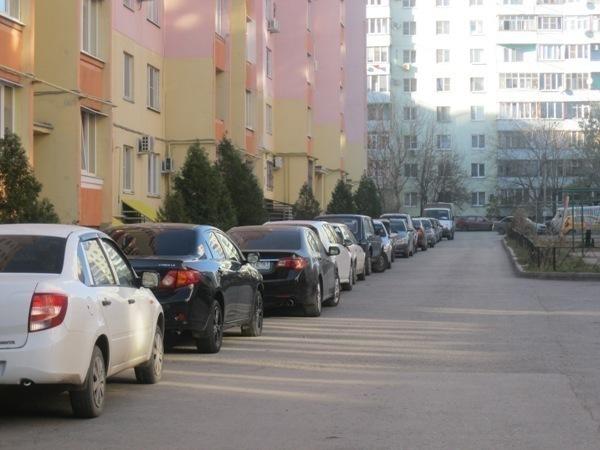 Автомобилисты и пешеходы Таганрога страдают от отсутствия парковок
