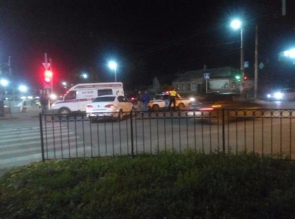 ВТаганроге наперекрестке иномарка врезалась вмашину скорой помощи