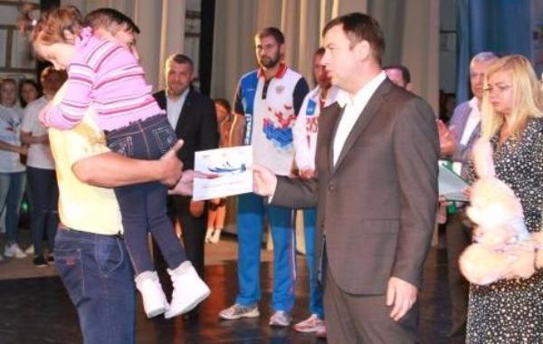 Андрей Лисицкий вручил денежные сертификаты тяжелобольным детям