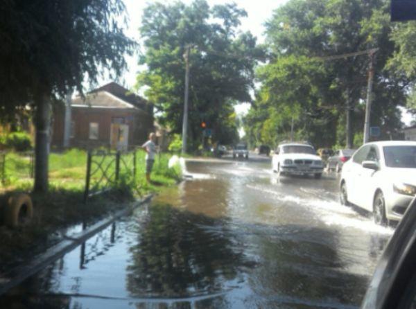 В Таганроге затопило перекресток переулка Гоголевского и улицы Розы Люксембург