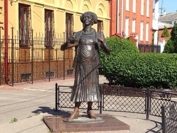 У памятника Фаине Раневской в Таганроге похитили зонтик