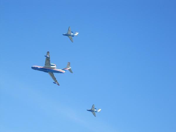 Летчики украсили небо Таганрога изображениями государственного флага, сердца и цифры «80»