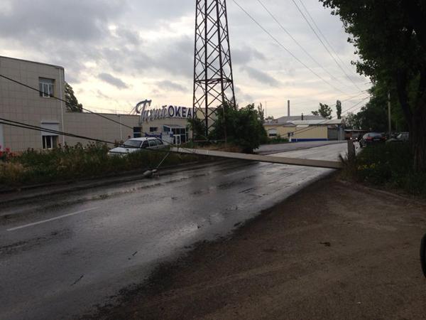 В Таганроге на улице Химической упал столб с электропроводами