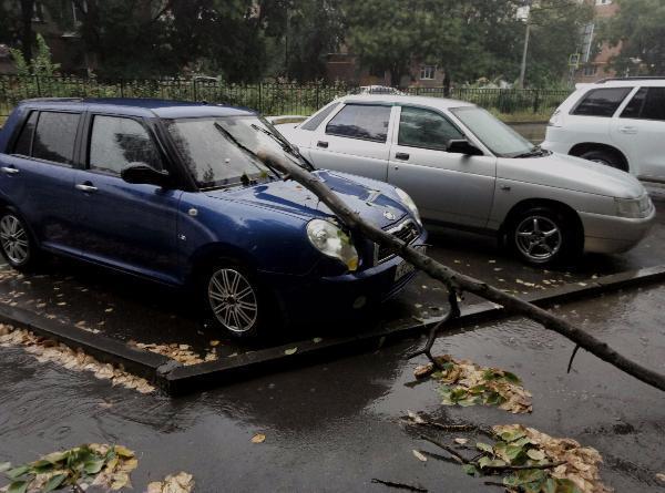 Жертвой урагана в Таганроге стала легковушка
