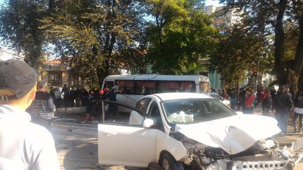 ВТаганроге «Форд» врезался в«маршрутку». Два человека погибли, одиннадцать пострадали