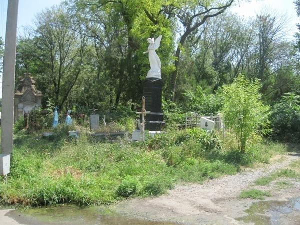 Старое кладбище в Таганроге продолжает разрушаться