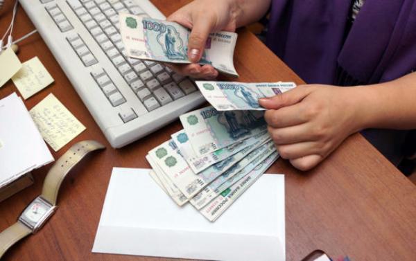 Главбух крупной таганрогской фирмы нелегально «заработала» более двух миллионов рублей