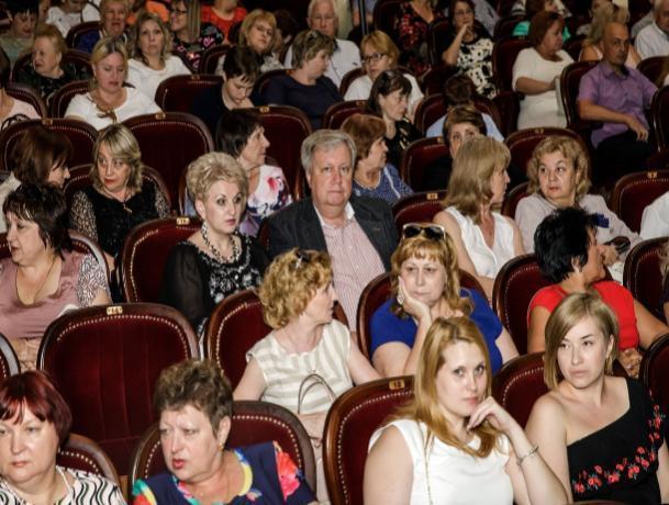 Таганрогских социальных работников поздравили с профессиональным праздником