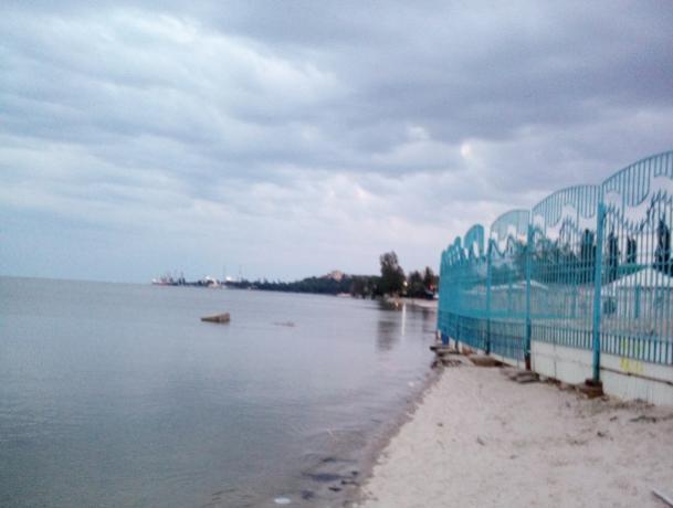 Таганрогские власти осмотрели пляжи и проглядели забор