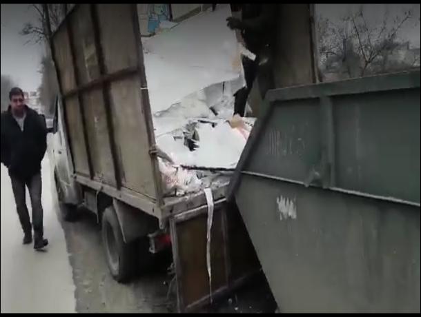 Строители Таганрога нагло выбрасывают  мусор в «лодочки» горожан, не обращаясь за услугой в «Экотранс»