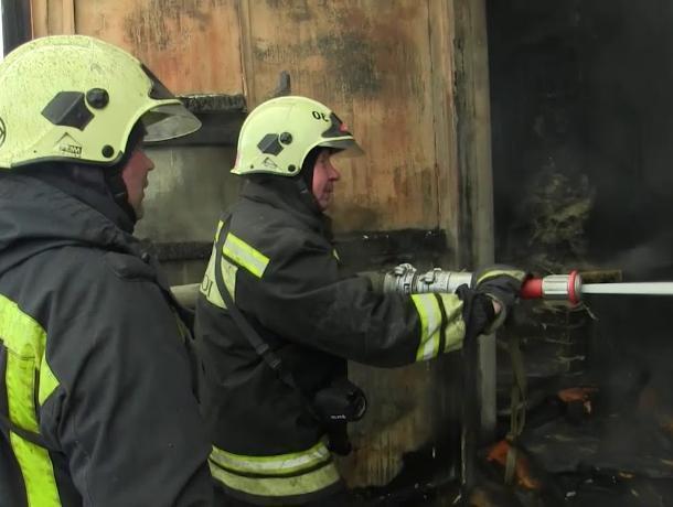 Пожарные Таганрога спасли человека из горящего столярного цеха