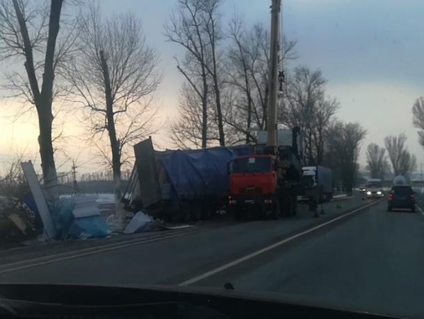 Фура со стройматериалами потерпела аварию под Таганрогом